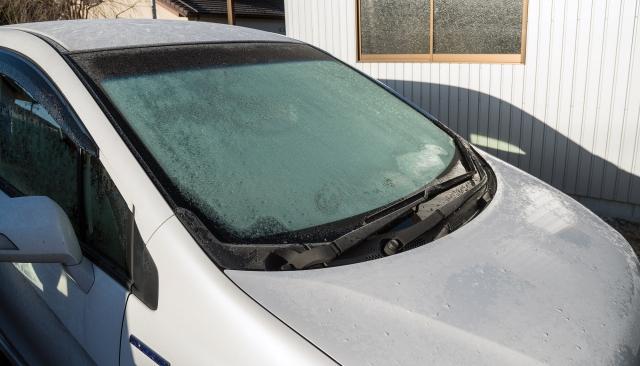 【車のフロントガラスの霜取り方法】簡単!!ヘラ・スプレー・お湯など。防止対策も紹介!
