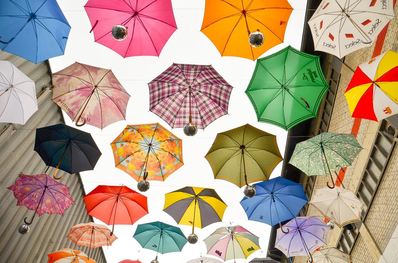 【傘の寿命】折り畳み傘・ビニール傘などの雨傘の平均寿命は何年?買い替え頻度も紹介!