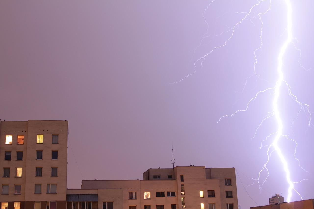 【家に雷が落ちたらどうなる?】中の人・家への影響は!?被害例&対策も紹介!
