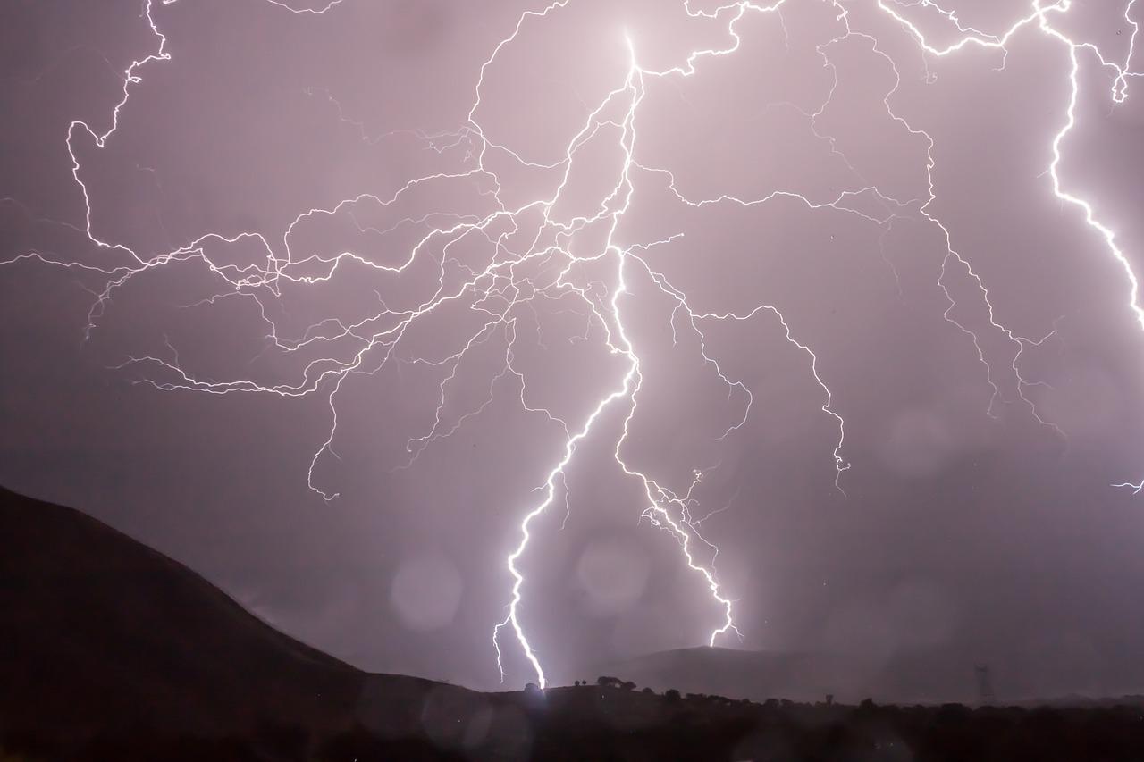 【落雷による死亡事故】年間の死亡者数は!?どの場所で雷は落ちている?