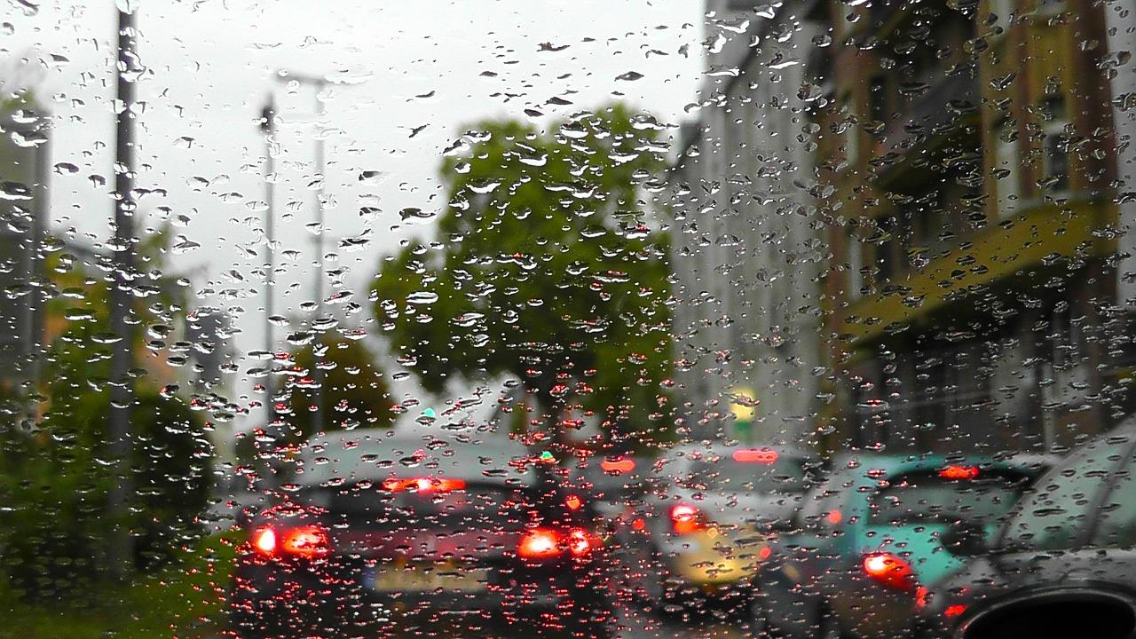 【車に雷は落ちる!?】車の中は100%安全?落ちる確率や落ちた時の影響・対策も紹介!