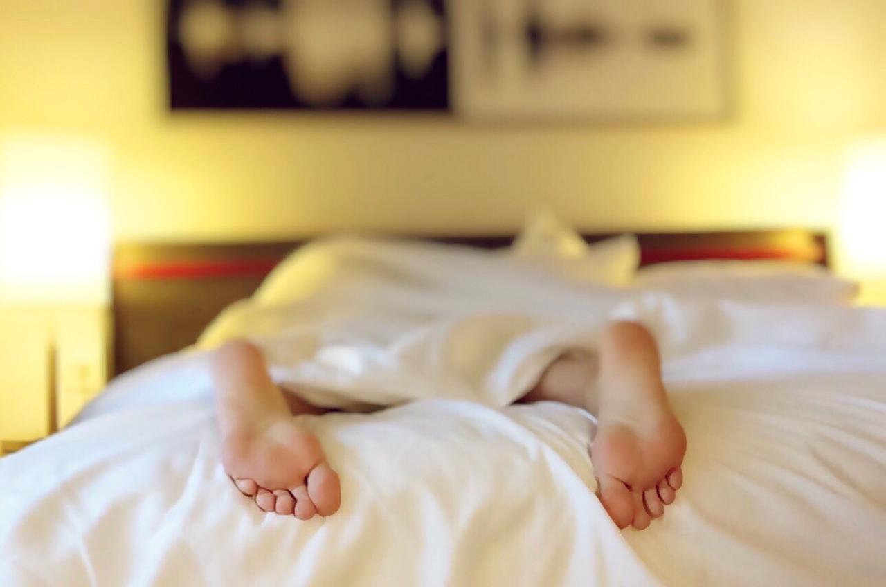 【夜、体が熱くて眠れない】夜中に目が覚める!!体にこもった熱をだす方法を紹介!