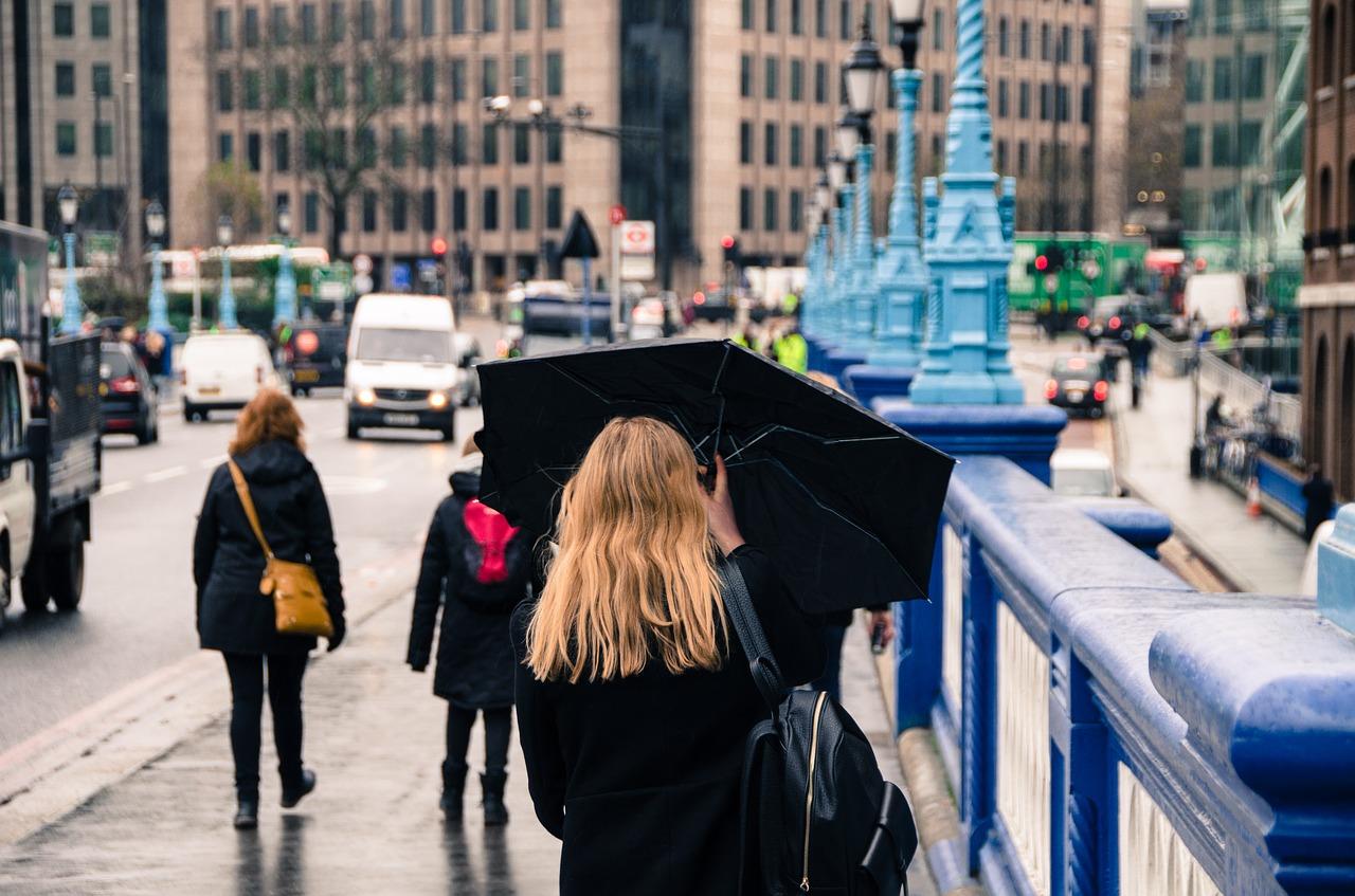 【日傘と普通の傘(雨傘)の違い】日傘を雨傘に&雨傘を日傘にできる?徹底解説!